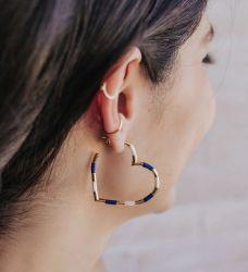 Argola coração esmaltada Azul/off white